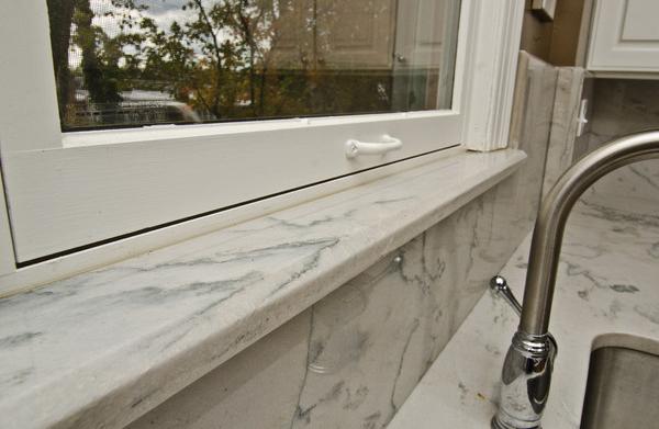 Okenske police iz marmorja
